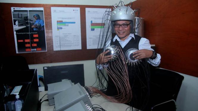 Dr. Warsito P. Taruno menunjukkan ECCT (Electro-Capacitive Cancer Theraphy) Brain dan ECCT Breast, hasil ciptaannya bersama tim CTECH Labs Edwar Technology Company di Alam Sutera, Tangerang Selatan, Banten.