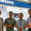 CEO TrueMoney Witami, Joedi Wisoeda (paling kiri) dan Director Retail Marketing Samsung Mobile Samsung Electronics Indonesia, Egidius Situmorang (kedua dari kanan).