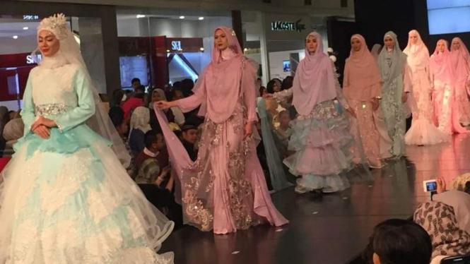 Oki Setiana Dewi Pamer Busana Pesta Syar I Cantik Viva