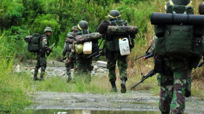 Sejumlah prajurit TNI menyusuri jalan setapak dalam hutan. [Ilustrasi]