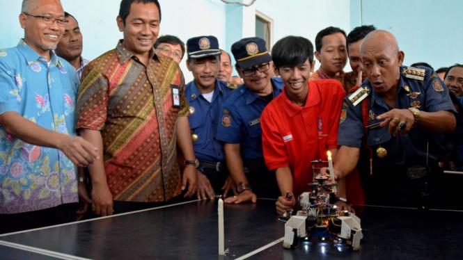 Robot pemadam api karya mahasiswa Unissula menang dalam kontes di AS.