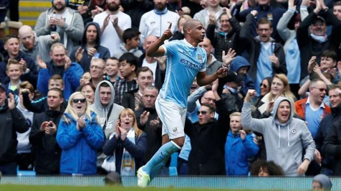 Gelandang Manchester City, Fernando mencetak gol ke gawang Stoke