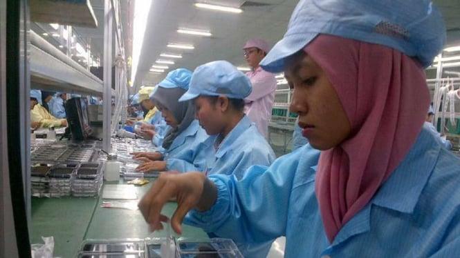 Buruh di pabrik
