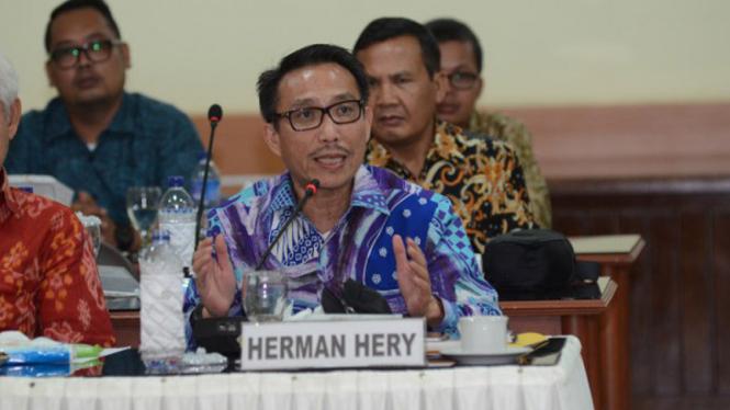 Herman Hery saat rapat sebelum masa pandemi