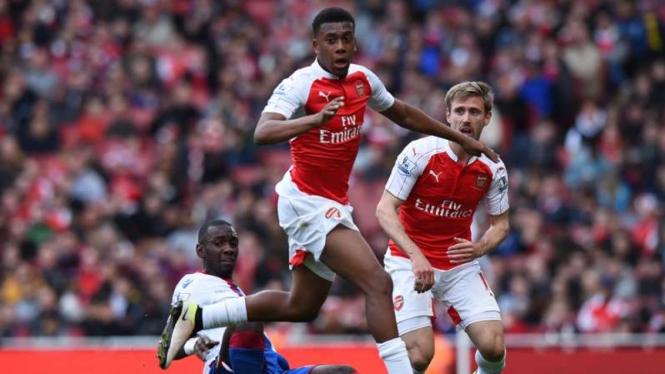 Pemain depan Arsenal, Alex Iwobi (tengah)