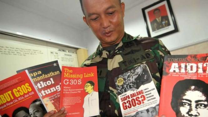 Komandan Kodim 0712/Tegal Letkol Inf Hari Santoso menunjukkan lima judul buku tentang Partai Komunis Indonesia (PKI) yang disita dari sebuah mal, di Kodim 0712 Tegal, Jawa Tengah, tahun lalu.