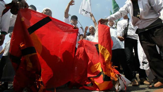 Massa Front Pembela Islam (FPI) dan Front Pancasila membakar kain bersimbol komunis di depan Gedung Negara Grahadi, Surabaya, Jawa Timur, Kamis (28/4/2016).