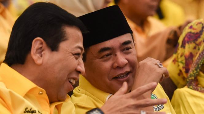 Setya Novanto bersama Ade Komarudian saat Setya ditetapkan sebagai Ketua Umum Partai Golkar periode 2016-2019.