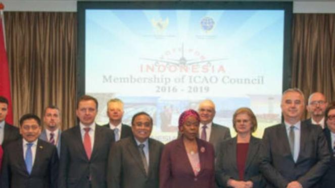 Indroyono Soesilo (tengah), Utusan Khusus Menteri Perhubungan RI untuk ICAO, dalam acara resepsi di Den Haag, Belanda.