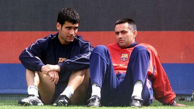Pep Guardiola (kiri) saat masih menjadi pemain Barcelona.