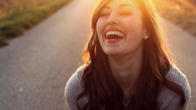 Wanita tertawa.