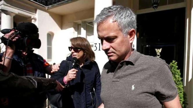 Calon Manajer Manchester United, Jose Mourinho, saat dicegat wartawan di depan rumahnya