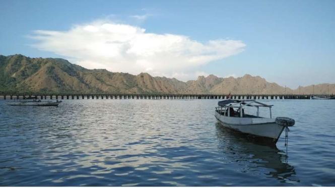 Perahu penumpang bersandar di pintu masuk Pulau Komodo. Di pulau ini hidup 2.919 ekor Komodo dan bisa disaksikan langsung oleh para pengunjung.