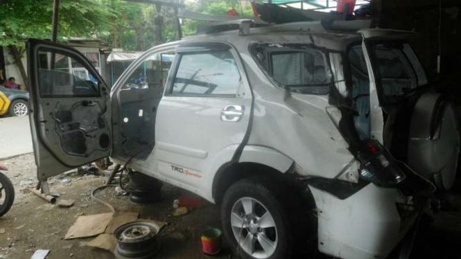 Mobil bekas tabrakan yang siap direkondisi di satu bengkel di Jakarta.
