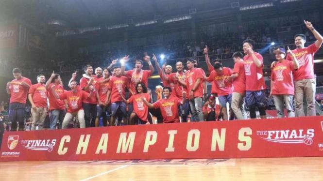 CLS Knights Surabaya juara IBL 2016