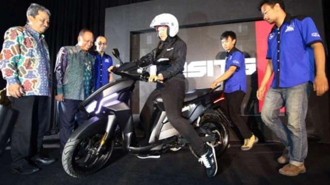 Perkenalan sepeda motor Gesits di Surabaya.
