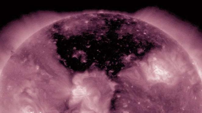 Lubang koronal raksasa di permukaan Matahari