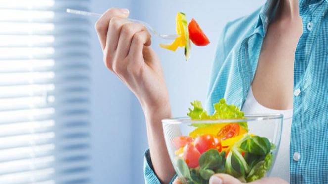Ilustrasi konsumsi makanan sehat.