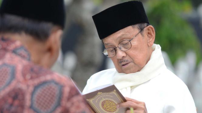 Menjelang Ramadhan B.J. Habibie Berziarah ke Makam Istrinya