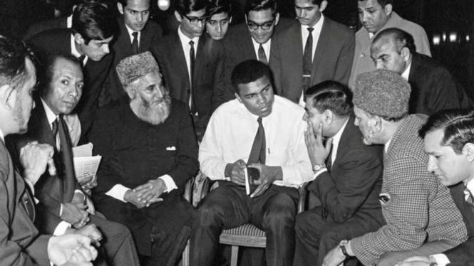 Foto kenangan Muhammad Ali (tengah) berbicara kepada komunitas muslim di London beberapa tahun silam.