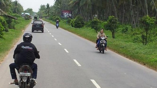 Bersepeda motor di jalan raya.