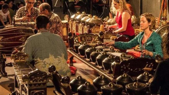 Mahasiswa asing di Glasgow sedang memainkan gamelan.
