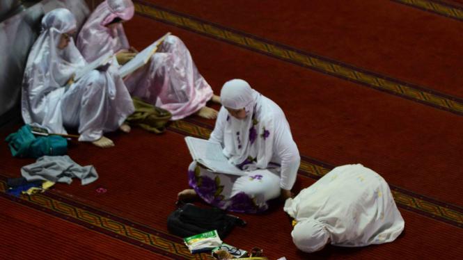 Kegiatan Umat Muslim Beribadah di Masjid Istiqlal