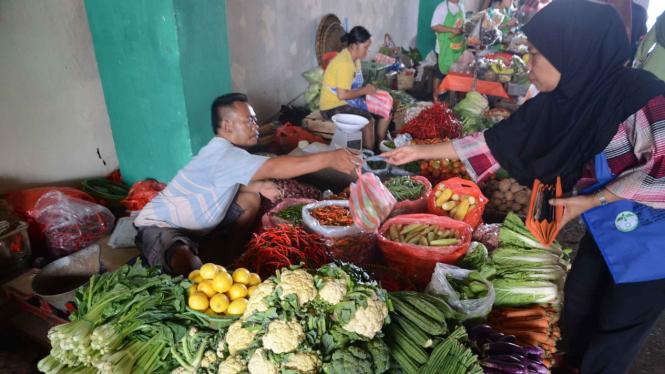 Ilustrasi aktivitas warga DKI di pasar.