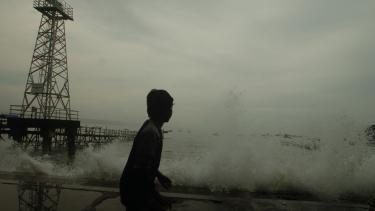 Cuaca buruk berupa angin kencang dan gelombang tinggi. Foto ilustrasi.
