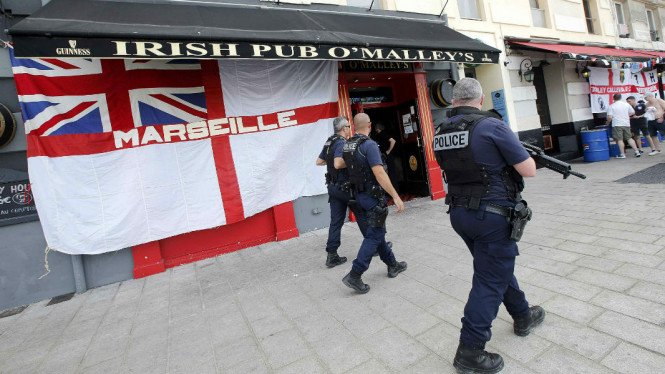 Polisi berpatroli dekat suporter Inggris jelang pertandingan Piala Eropa 2016 di Marseille, Prancis, 10 Juni 2016.