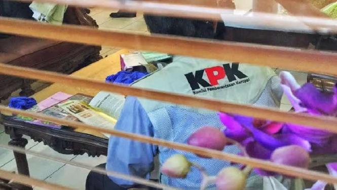 Ilustrasi petugas KPK melakukan penggeledahan.