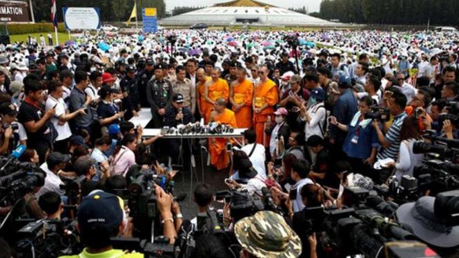 Polisi Thailand bersama biksu bicara dihadapan wartawan soal penangkapan biksu terkenal di biara Wat Dhammakaya.