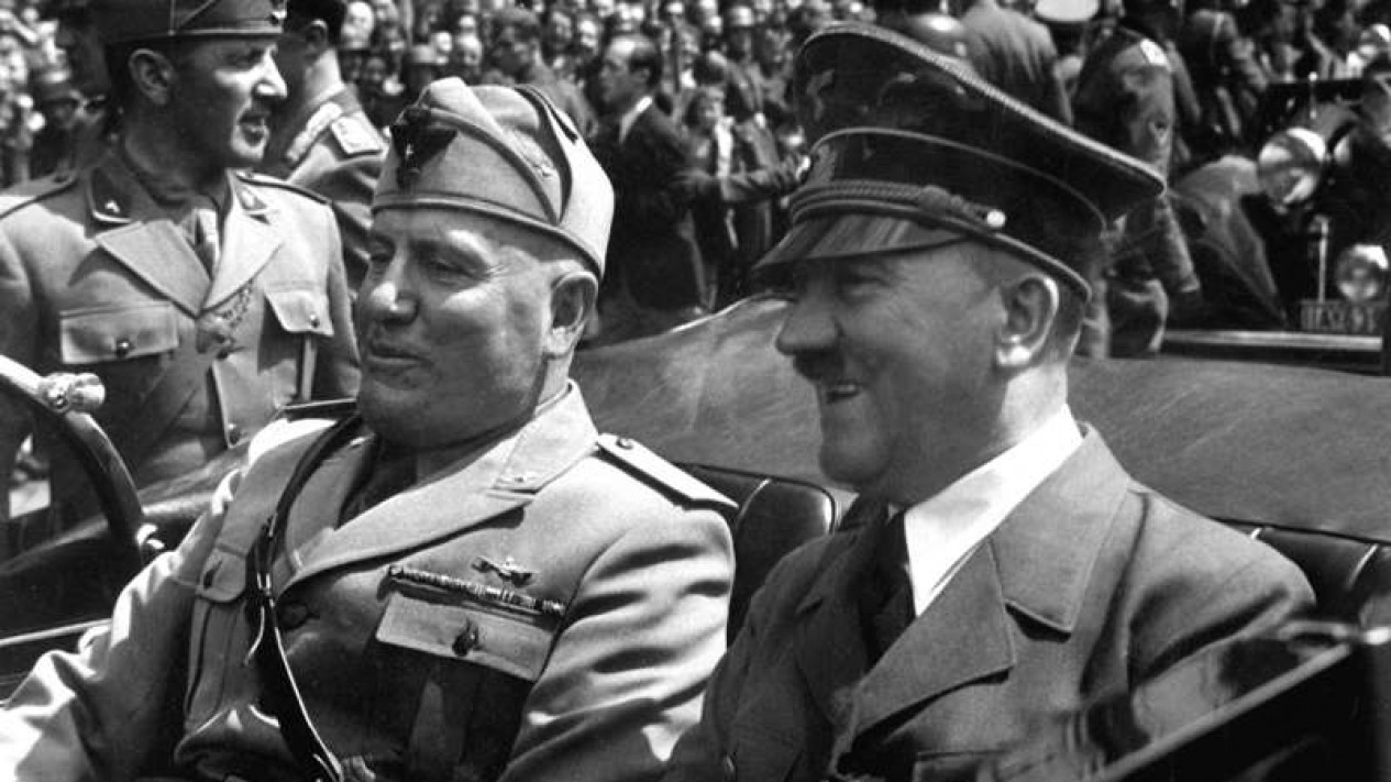 Dua pemimpin Fasis, Benito Musolini dan Adolf Hitler.