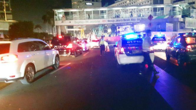 Polisi menertibkan lalu-lintas di jalur yang jadi lokasi Sahur on the road di Jalan MH. Thamrin Jakarta beberapa waktu lalu.