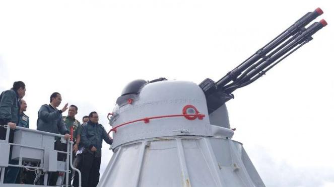 Presiden Joko Widodo di atas Kapal Perang KRI Imam Bonjol di perairan Natuna.