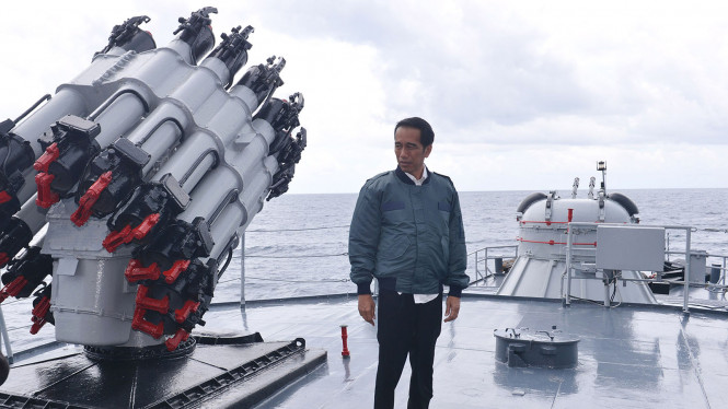 Presiden Jokowi saat meninjau Kepulauan Natuna di atas KRI Imam Bonjol.