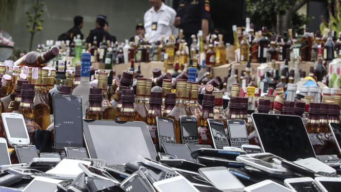 Pemusnahan ponsel ilegal di Kantor Pusat Bea dan Cukai, Jakarta.