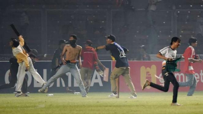 Suporter Persija Jakarta saat kericuhan di SUGBK.