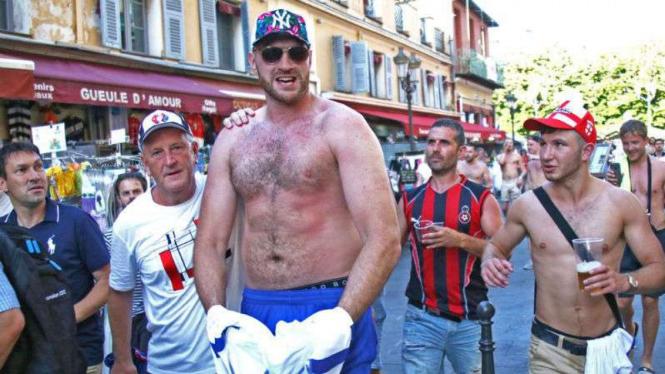 Juara tinju dunia kelas berat Tyson Fury bersama suporter timnas Inggris di Nice