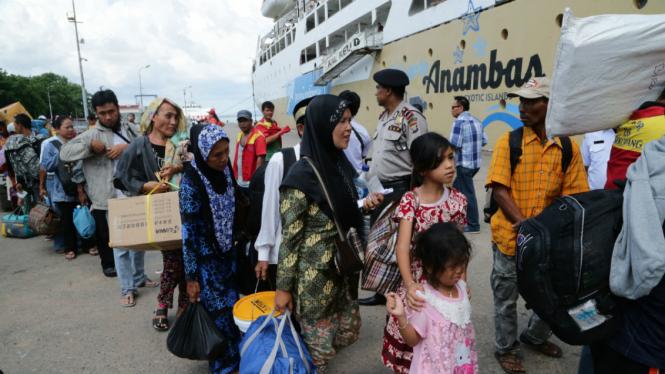 Sejumlah pemudik mengantre menaiki KM Kelud tujuan Tanjung Priok di Pelabuhan Beton Sekupang, Batam, Kepulauan Riau, Selasa (21/6/2016).