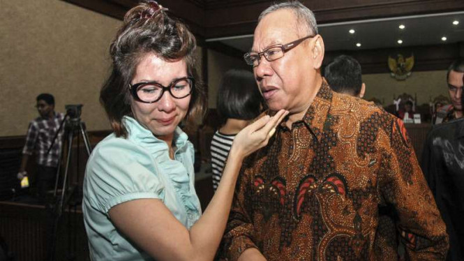 Terdakwa kasus suap panitera, Doddy Aryanto Supeno (kanan).