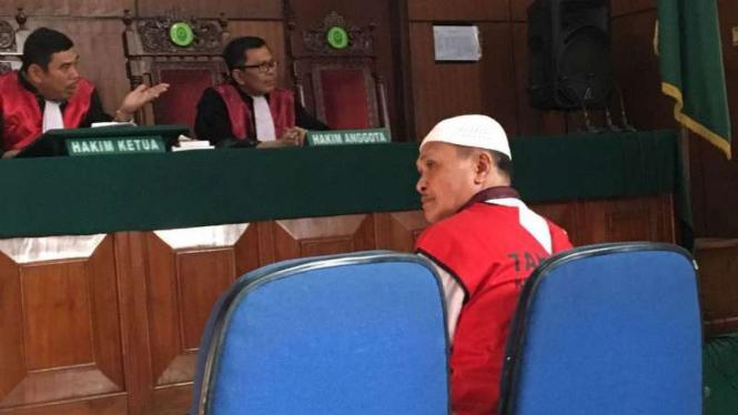 Tokoh Kalijodo, Abdul Azis atau Daeng Azis divonis 10 bulan penjara.