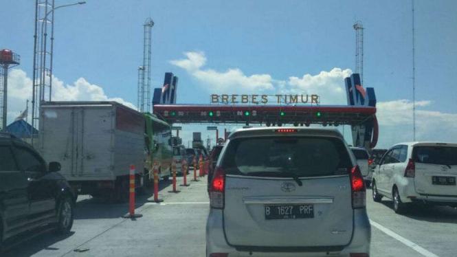 Kepadatan kendaraan di gerbang Tol Brebes Timur akibat volume kendaraan pemudik di musim libur Lebaran lalu.
