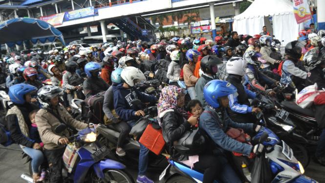 Ratusan pemudik bersepeda motor.
