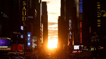 https://thumb.viva.co.id/media/frontend/thumbs3/2016/07/12/5784b589d5bbe-manhattanhenge-fenomena-sunset-di-jalanan-new-york_213_120.JPG