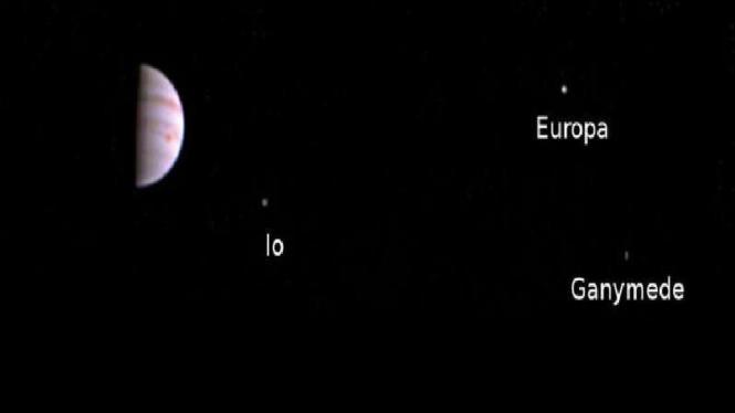 Foto Planet Jupiter dan tiga bulan