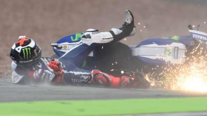 Pembalap Yamaha, Jorge Lorenzo, terjatuh.