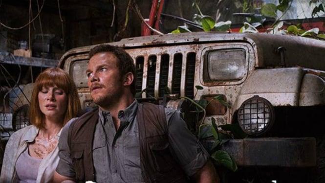 Chris Pratt dan Bryce Dallas Howard di film Jurassic World.
