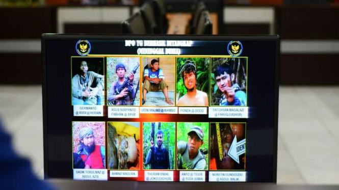 Petugas kepolisian menunjukkan foto 10 orang anggota kelompok Santoso di Poso yang tertembak oleh Satgas Operasi Tinombala 2016 di Mapolda Sulawesi Tengah, Palu, Kamis (30/6).