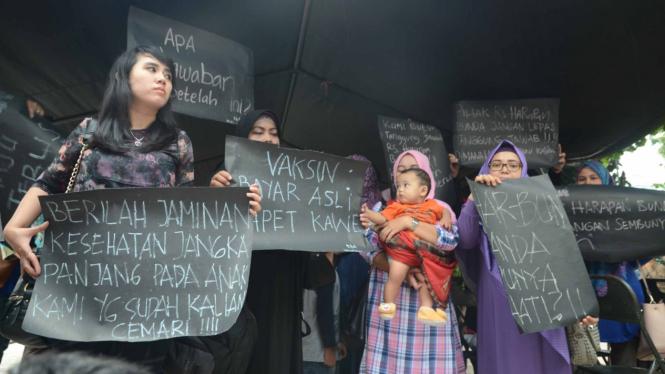 Protes  Kasus vaksin palsu di Bekasi.
